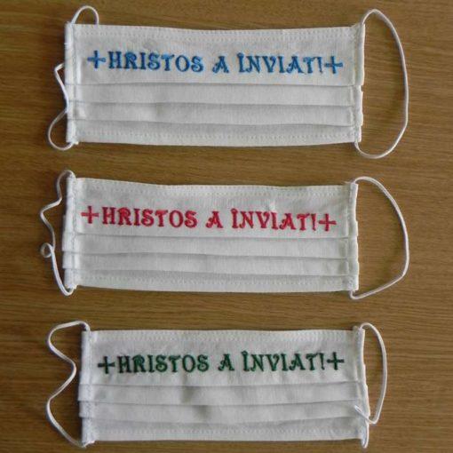"""Masca reutilizabila brodata cu mesajul """"Hristos a inviat!"""" in diferite culori"""