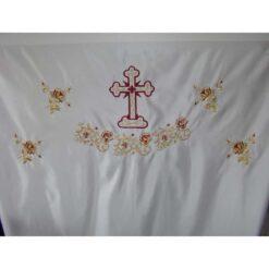 Dvera brodata cu rugi de trandafiri si cruce