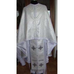 Vesmant preotesc din brocard alb tesut cu fir metalic argintiu sau cu fir de matase alb
