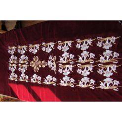 Vesmant pentru moastele Sfintei Parascheva brodat pe catifea cu crini